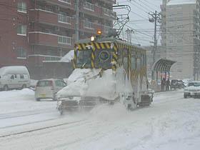 ちから強く線路の上の雪を跳ね飛ばす『ササラ電車』