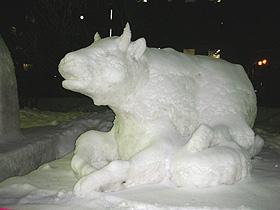 いろいろな種類の手造り雪像が並びます